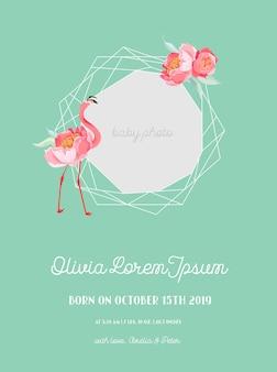 Aankondiging van de aankomst van de baby met illustratie van mooie flamingo en geometrie fotolijstjes, groeten of uitnodigingskaart, geometrische bloemen frame in vector