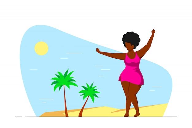 Aantrekkelijke vrouw plus grootte dansen op het strand