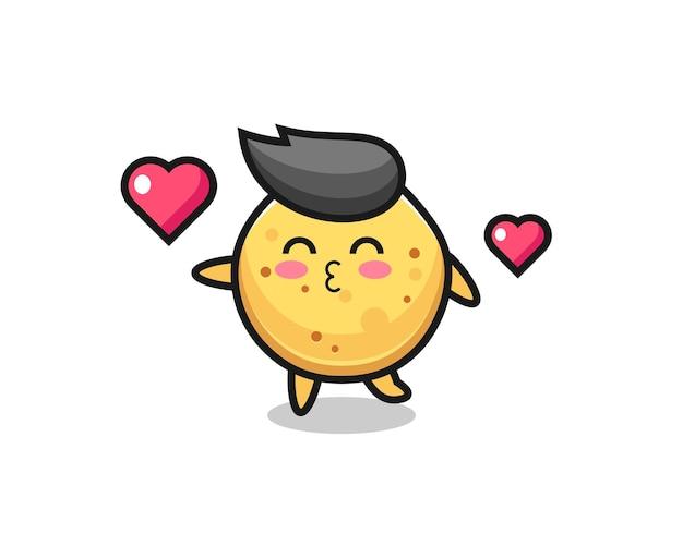 Aardappelchips karakter cartoon met kussend gebaar, schattig ontwerp