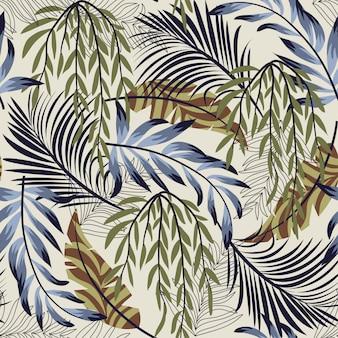 Abstract helder naadloos patroon met kleurrijke tropische bladeren en installaties
