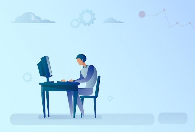 Abstracte bedrijfsmens die bij de werkende computer van het bureau zit