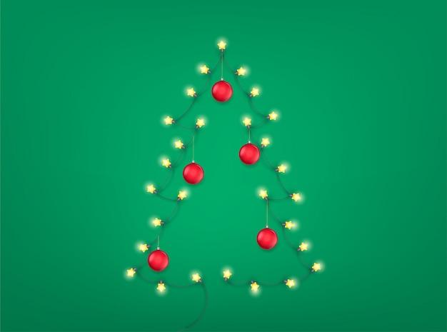 Abstracte kerstboom met en verlichting slinger en rode kerstballen.