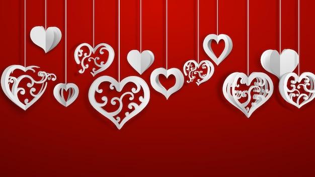 Achtergrond met hangende papieren volumeharten met krullen, wit op rood
