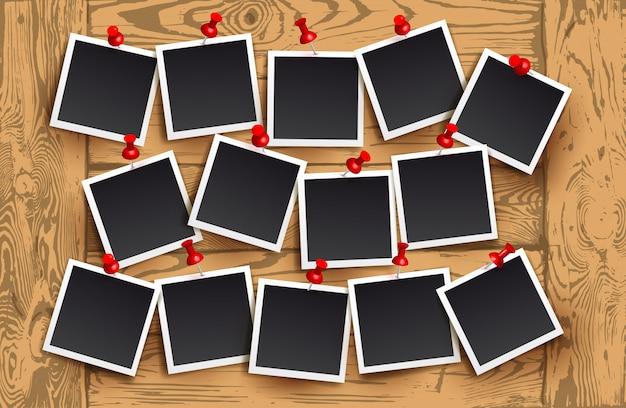 Achtergrond van realistische fotolijsten met rode pinnen op houten textuur. ontwerp van de sjabloon retro foto. vector illustratie