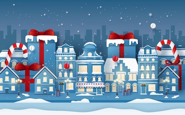 Achtergrond van stedelijke stad met kerstmisgift in wintertijd