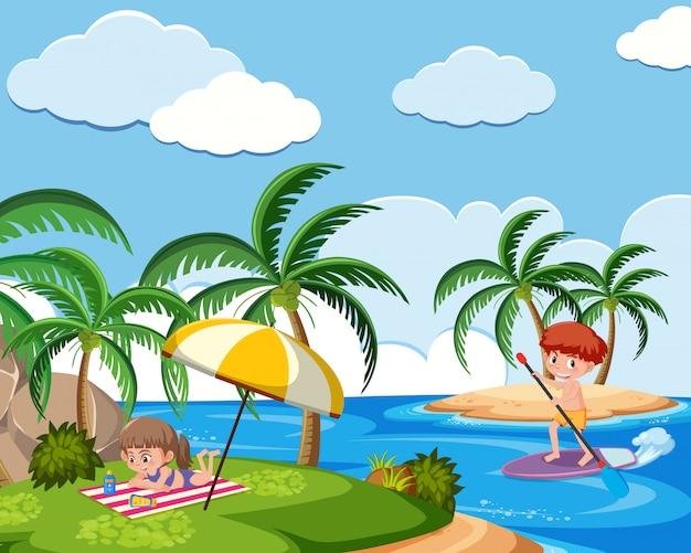 Achtergrondscène met jongen en meisje op het strand
