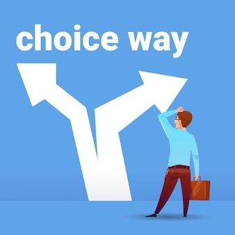 Achtermeningzakenman het denken verwarringzaken die het financiële concept van de manierrichting op blauwe vlakke achtergrond kiezen