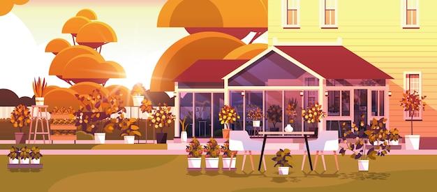 Achtertuin aanplant kas glas oranjerie botanische tuin met bloemen en potplanten zonsondergang landschap achtergrond horizontale vectorillustratie