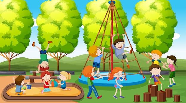 Actieve jongens en meisjes die buiten sporten en leuke activiteiten doen