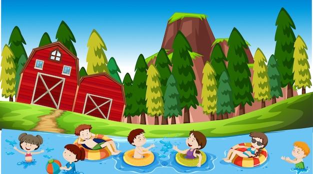 Actieve jongens en meisjes spelen sport en leuke activiteiten buiten