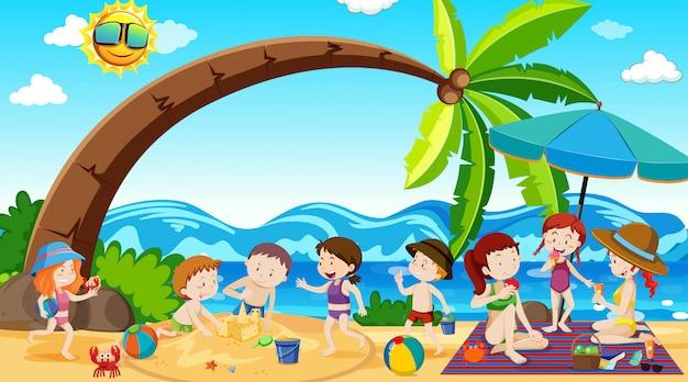 Actieve jongens, meisjes en vrienden die sportactiviteiten buitenshuis spelen