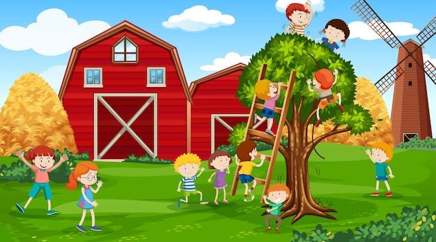 Actieve kinderen die in de buitenlucht spelen