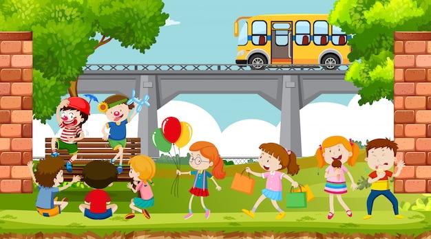 Actieve kinderen spelen in openluchtscène