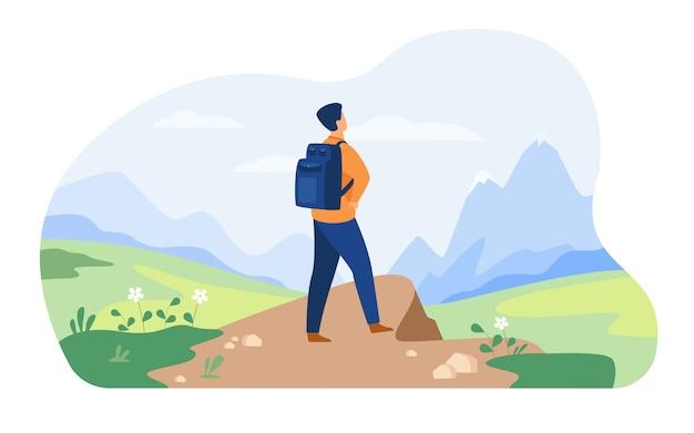 Actieve toerist wandelen in de bergen. man met rugzak, genieten van trekking, kijkend naar besneeuwde toppen. vector illustratie voor natuur, wildernis, avontuurlijke reizen concept