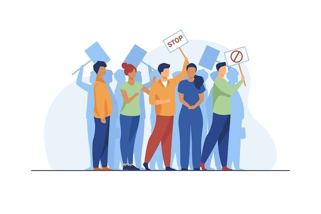 Activisten op protestbijeenkomst. menigte van mensen met borden die samen platte vectorillustratie staan. demonstranten, samenleving concept