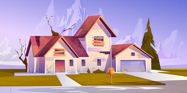 Adandoned oud huis met dichtgetimmerde ramen
