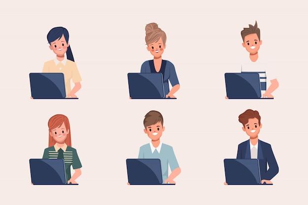 Administratiemensen die met laptop in call centre werken. personeelswerving.