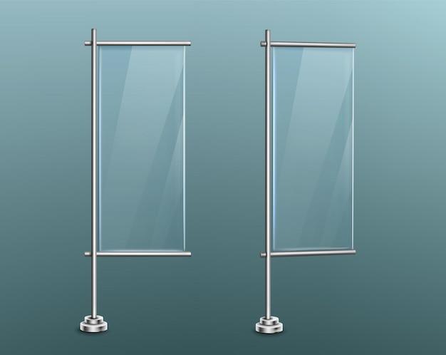 Advertenties van glazen banners staan op metalen verticale palen