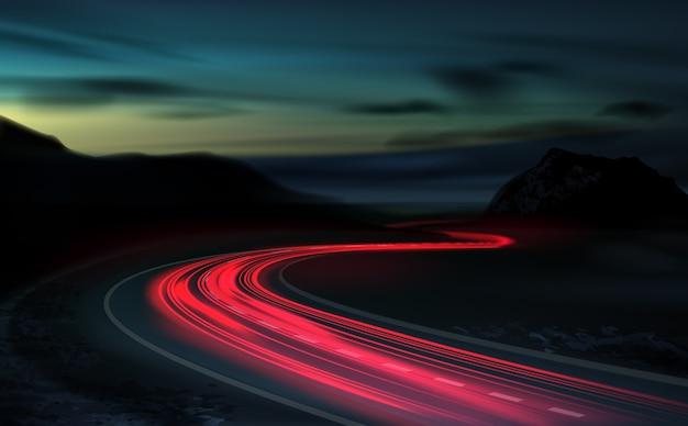 Afbeelding van een langdurige blootstelling aan lichte voertuigen op een snelweg tegen een achtergrond van kleurrijke zonsondergang