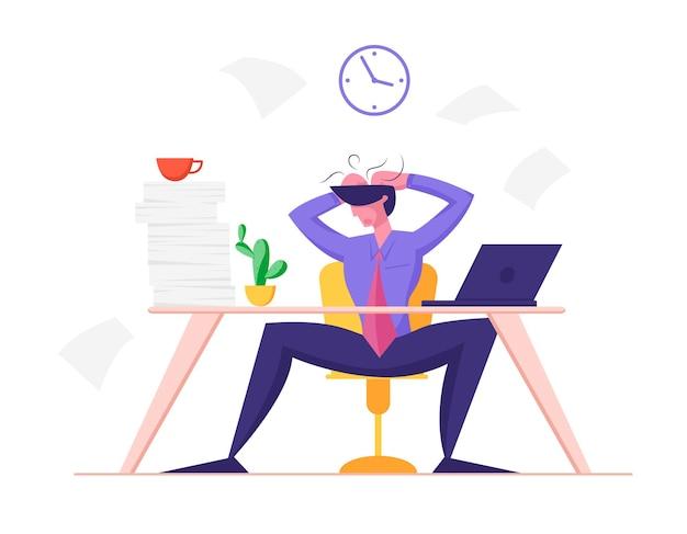 Afgebrande zakenman in depressie zittend aan een bureau met hoop papieren documenten