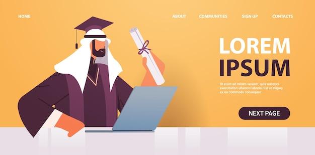 Afgestudeerde student met certificaat met behulp van laptop afgestudeerde vieren academische diploma graad onderwijs concept horizontale portret kopie ruimte vectorillustratie