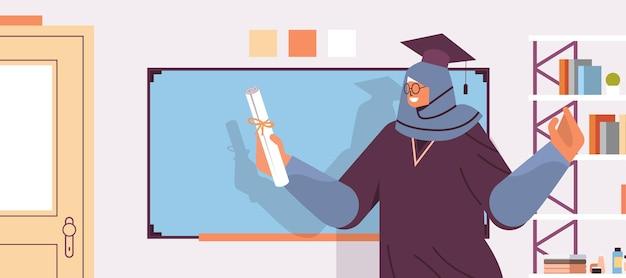Afgestudeerde student met certificaat staande in de buurt van schoolbord afgestudeerde vieren academische diploma graad onderwijs concept horizontale portret vectorillustratie