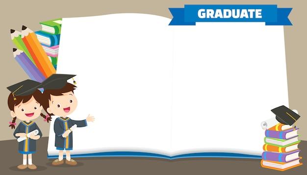 Afgestudeerde studenten in afstudeerjurken met diploma's