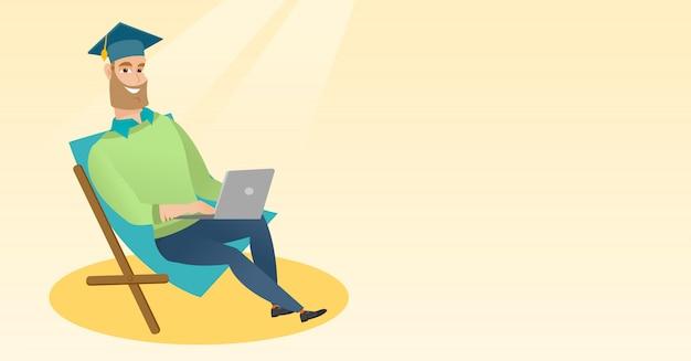 Afgestudeerde zitten in chaise lounge met laptop.