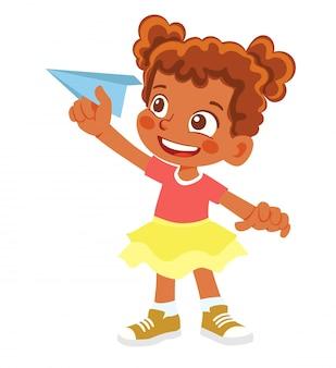 African american girl houdt papieren vliegtuigje. gelukkig kind spelen met papieren vliegtuigje