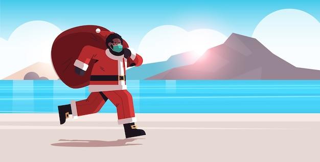 Afrikaanse amerikaan, kerstman, in, masker, rennende, op, zee, strand, met, zak, vol, van, cadeautjes, nieuwjaar, vrolijke, kerstmis vakantie, viering, concept, zomer vakantie, zeegezicht, volle lengte, horizontaal, vector, illustrat