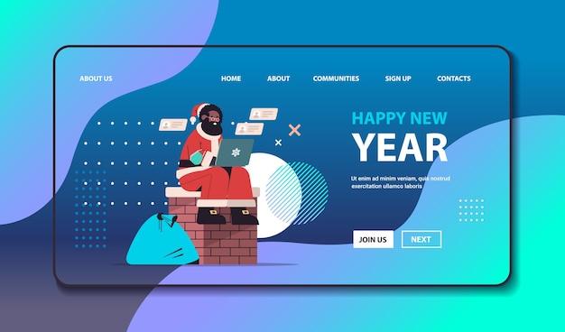 Afrikaanse amerikaan, kerstman, met, masker, zittende, op, schoorsteen, gebruik, laptop, gelukkig nieuwjaar, vrolijke, kerstmis vakantie, viering, concept, volle lengte, horizontaal, kopie, ruimte, vector, illustratie