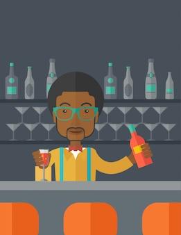 Afrikaanse barman bij de bar die dranken houdt.