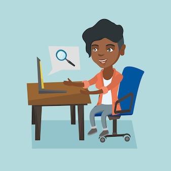 Afrikaanse vrouw die informatie over laptop zoekt.