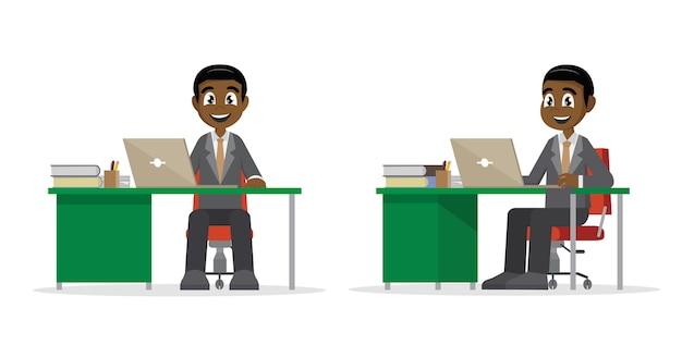 Afrikaanse zakenman die op de computer werkt.