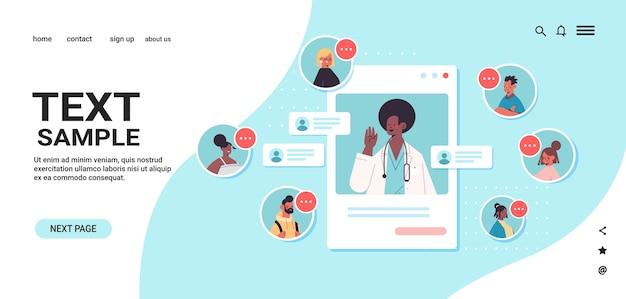 Afro-amerikaanse arts in webbrowservenster raadplegen mix race patiënten online medische raadpleging gezondheidszorg geneeskunde kopie ruimte portret