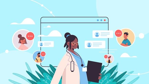 Afro-amerikaanse arts in webbrowservenster raadpleging van patiënten online medische raadpleging gezondheidszorg geneeskunde portret