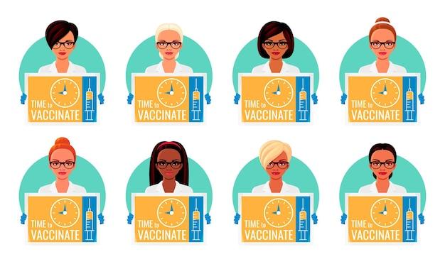Afro-amerikaanse aziatische indiase en europese artsen met preventieve posters over vaccinatie