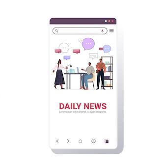 Afro-amerikaanse collega's bespreken dagelijks nieuws tijdens vergadering chat bubble communicatie concept smartphone schermsjabloon