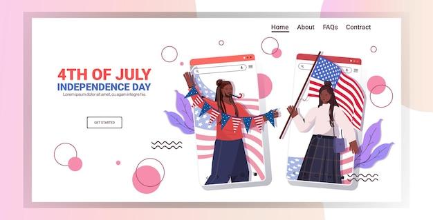 Afro-amerikaanse echtpaar met vlaggen van de vs die vieren, de landingspagina van de onafhankelijkheidsdag van 4 juli ju