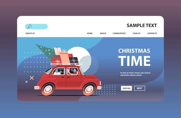 Afro-amerikaanse kerstman levert geschenken op rode auto vrolijk kerstfeest gelukkig nieuwjaar vakantie viering concept kopie ruimte horizontale vectorillustratie