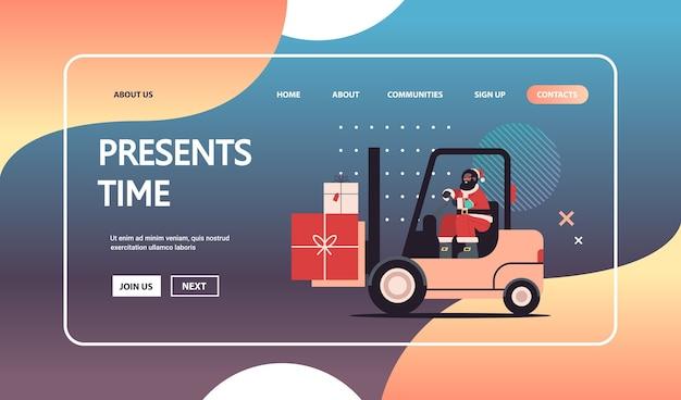 Afro-amerikaanse kerstman rijden heftruck laden kleurrijke geschenken vrolijk kerstfeest gelukkig nieuwjaar express levering concept horizontale kopie ruimte vectorillustratie
