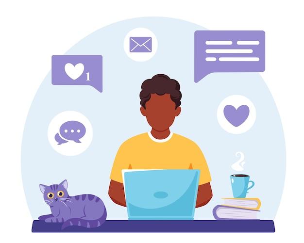 Afro-amerikaanse man aan het werk op laptop