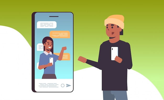 Afro-amerikaanse man met behulp van smartphone online conferentie videogesprek met vrouwelijke collega sociale netwerk communicatieconcept