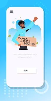 Afro-amerikaanse man met zwart leven kwestie banner campagne tegen rassendiscriminatie van donkere huidskleur sociale problemen van racisme smartphone scherm verticale portret vectorillustratie