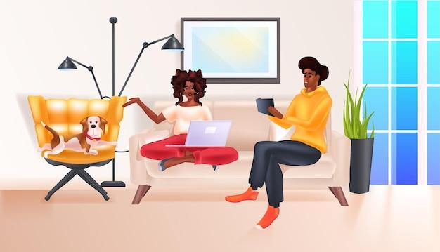 Afro-amerikaanse paar ontspannen thuis sociale media netwerk online communicatie ontspanning concept volledige lengte horizontale vectorillustratie
