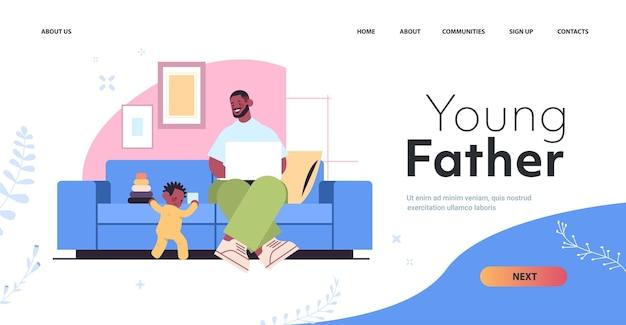 Afro-amerikaanse vader spelen met zoontje en met behulp van laptop vaderschap ouderschap concept vader tijd doorbrengen met zijn kind thuis woonkamer interieur volledige lengte horizontale kopie ruimte vector illus
