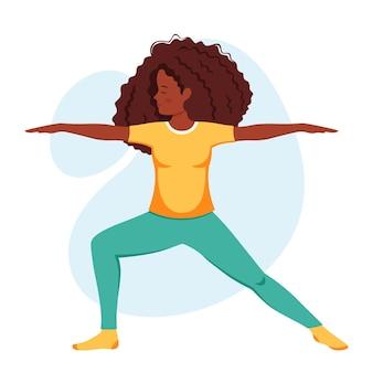Afro-amerikaanse vrouw die yoga beoefent