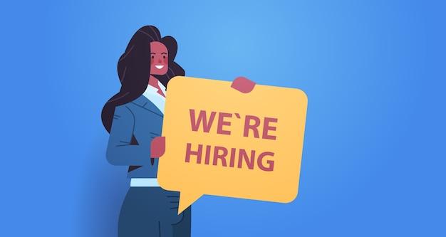 Afro-amerikaanse vrouw hr manager bedrijf wij huren toespraak vacature open rekrutering human resources concept horizontaal portret vector illustratie