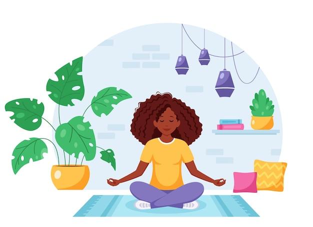 Afro-amerikaanse vrouw mediteren in lotushouding in loft interieur Premium Vector