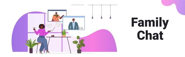 Afro-amerikaanse vrouw met virtuele ontmoeting met senior ouders in webbrowser windows video-oproep